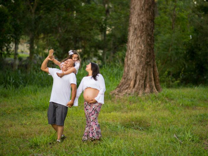 familia no parque mulher está gravida