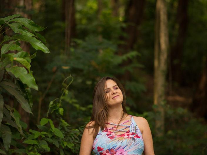 mulher grávida entre árvores